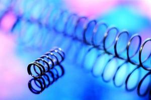 Vue rapprochée de ressorts métalliques dans des couleurs vives blught photo
