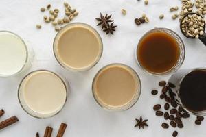tasses à café avec de la crème sur la table photo