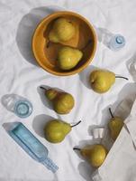 vue ci-dessus arrangement de poires avec bol photo