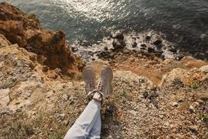 chaussures de femme près d'une falaise au bord de la mer photo