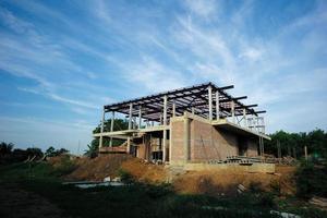 Maison en perspective en construction avec fond de ciel bleu clair photo