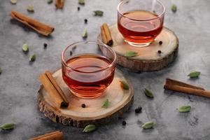 thé sur des tranches de bois photo