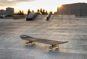 gros plan de la planche à roulettes sur la patinoire photo