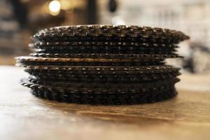 arrangement avec des pièces de vélo à l'atelier photo