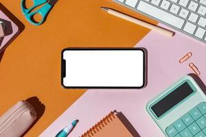 fournitures scolaires sur la table photo