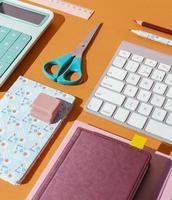 composition de fournitures scolaires sur la table photo