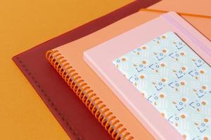 Assortiment de fournitures scolaires sur la table photo