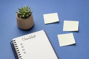 cahier vue de dessus avec liste de contrôle sur le bureau photo