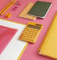 fournitures scolaires à grand angle sur la composition de la table photo
