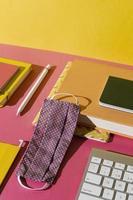 Fournitures scolaires à grand angle sur l'assortiment de table photo