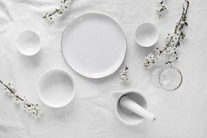 assiettes blanches sur table photo