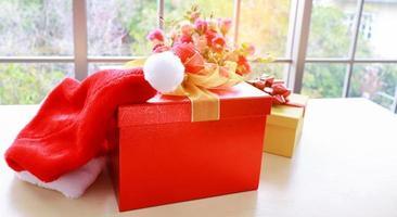 boîte-cadeau de Noël rouge sur la table photo