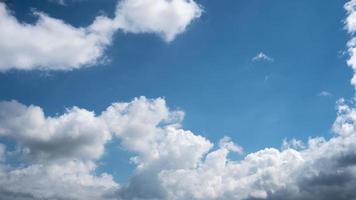 ciel bleu avec fond de nuages lumineux photo