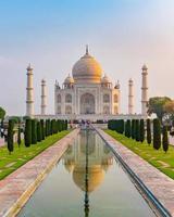 Vue de face du Taj Mahal reflétée sur la piscine de réflexion, un mausolée en marbre blanc ivoire sur la rive sud de la rivière Yamuna à Agra, Uttar Pradesh, Inde. l'une des sept merveilles du monde. photo