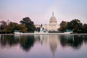Le bâtiment du Capitole des États-Unis, vu de la piscine de réflexion au crépuscule. Washington DC, États-Unis. photo