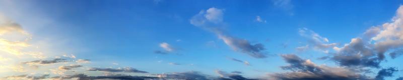 ciel panoramique avec beau nuage sur une journée ensoleillée photo