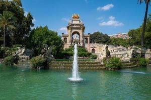 Cascade de fontaines dans le parc ciutadella à Barcelone photo