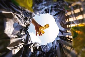 la peau de banane a été jetée dans le sac poubelle pour élimination. regardez de l'intérieur du panier. photo