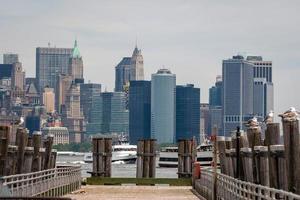 Mouettes à l'ancien quai des ferries sur Liberty Island, près de New York City, USA - Image photo