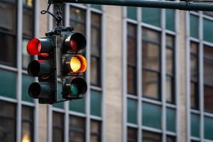 Feu de circulation avec feu rouge au-dessus de la rue Manhatan parmi de nombreux gratte-ciel photo