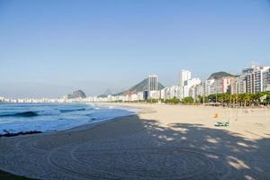 La plage de Copacabana est vide lors de la deuxième vague de coronavirus à Rio de Janeiro. photo