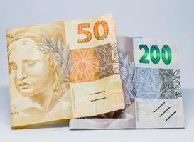 billets de deux cent cinquante reais, pour un total de deux cent cinquante. montant prévu pour l'aide d'urgence au Brésil en 2021. photo