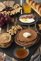 crêpes, gaufres et autres aliments pour le petit-déjeuner photo
