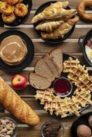 petit-déjeuner gaufres et croissants vue de dessus photo
