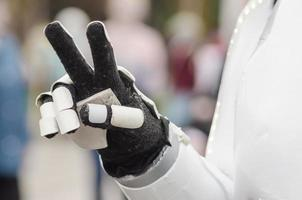geste à deux doigts signifiant la victoire ou la paix dans un costume de robot photo
