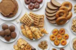 pains, gaufres, beignets et croissants vue de dessus photo
