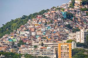 Vidigal Hill vu de la plage de Leblon à Rio de Janeiro, Brésil photo
