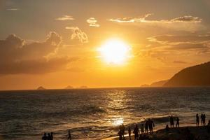 Coucher du soleil à la plage d'Ipanema à Rio de Janeiro, Brésil photo