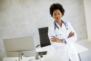 médecin dans un bureau avec les bras croisés photo