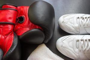 chaussures de boxe, gants et serviette sur fond noir photo