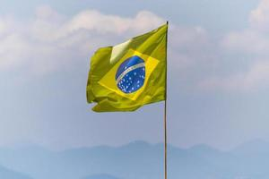 Drapeau du Brésil à l'extérieur sur une plage à rio de janeiro photo