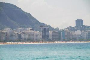 Une journée ensoleillée à la plage de Copacabana à Rio de Janeiro photo