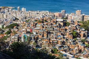Morro do Cantagalo avec le quartier d'ipanema et la plage de l'arpoador en arrière-plan photo
