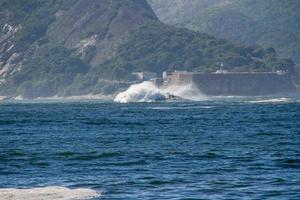 rare vague connue sous le nom de dalle de la bête dans la baie de guanabara à rio de janeiro photo