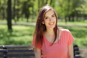 portrait d'une femme dans un parc photo