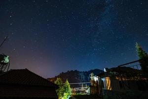 étoiles et voie lactée sur la forêt et une maison dans les montagnes troodos photo