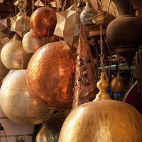 Abat-jour en laiton arabe traditionnel sur l'affichage dans le marché traditionnel au Caire, Egypte photo
