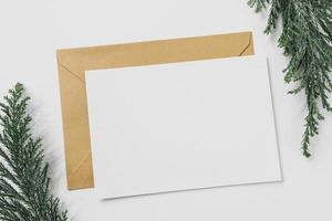 feuille de papier avec enveloppe jaune photo