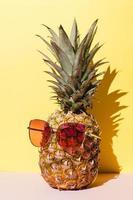 savoureux ananas avec des lunettes de soleil photo