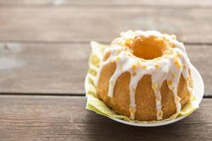 Gâteau de Pâques garni sucré sur table en bois photo