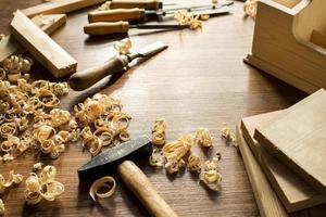 outils et sciure de bois en atelier photo