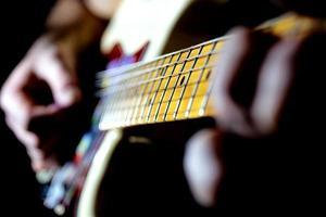 un joueur de guitare exécutant un solo photo