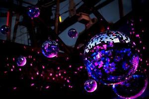 boule disco en miroir dans la lumière violette photo