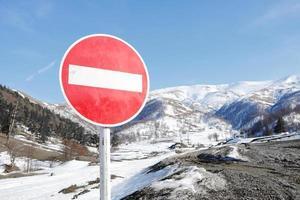 Panneau d'interdiction dans les montagnes enneigées photo