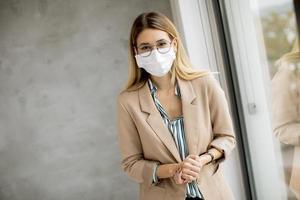 femme portant des lunettes et un masque photo