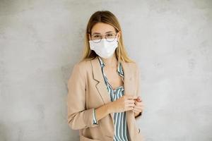 jeune femme à lunettes et un masque photo